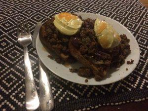 Rostat bröd med stekt köttfärs, rödlök, flottig bearnaisesås och några stänk sweet chilisås. Gott!